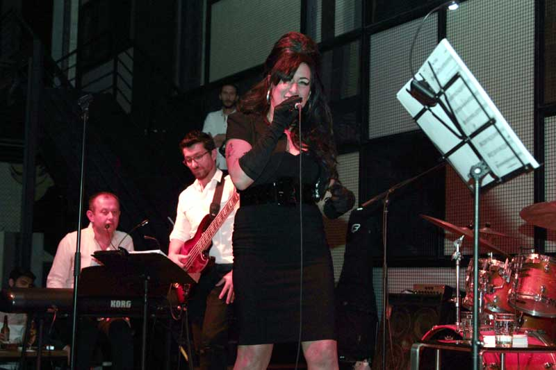 Amy-Winehouse Tribute - Laura Jane Butler Bis By Newcastle'da performans sergiledi.